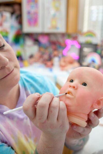 Artiste réalisant un Bébé Reborn
