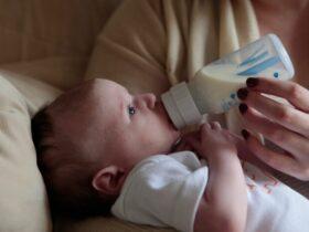 Maman donnant le biberon à son bébé